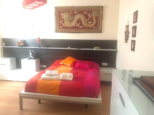 Amplio dormitorio. Con el baño incorporado.