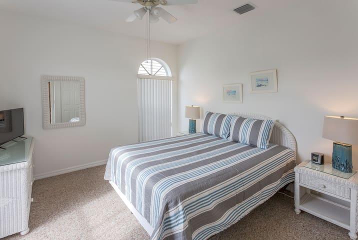 2nd bedroom w/ Queen