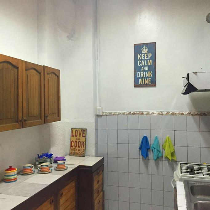 La cocina de la casa tiene refrigerador, cocina, microondas, lavadora. Es de uso común.