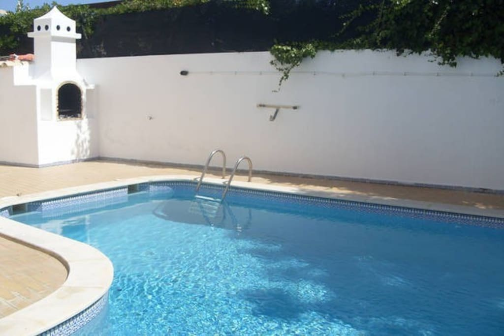Acess to swimming pool and barbecue at only 150 metres. acesso a piscina a apenas 150 metros.