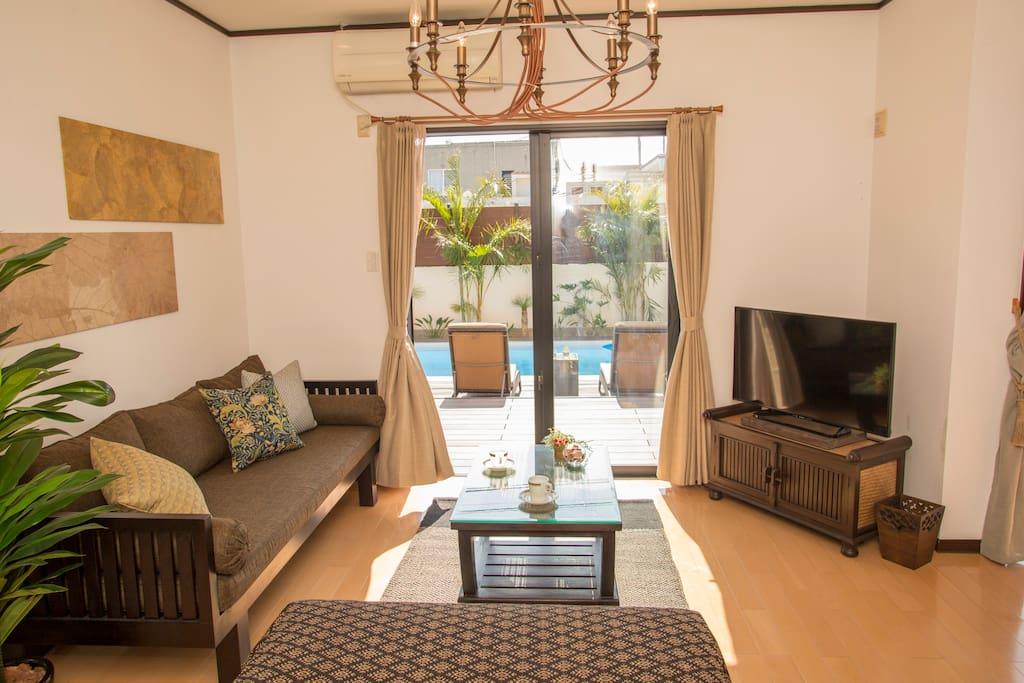 The Balian & vintage mixed interior room. Please have an awesome time in my place.  お部屋のインテリアもリゾートテイストと今っぽさが程よく組み合わされており、 バリアンテイストとヴィンテージスタイルがミックスされた他にはない空間をお楽しみいただけます! リゾート感のある家具とおしゃれなワイヤーの照明や落ち着いた色味の小物たちに囲まれて最高のひと時ををお過ごし下さい。