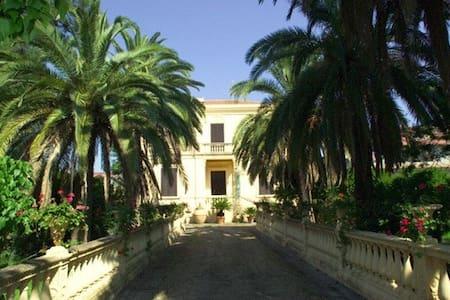 Villino con vincolo storico cultura, ristrutturata - Siderno