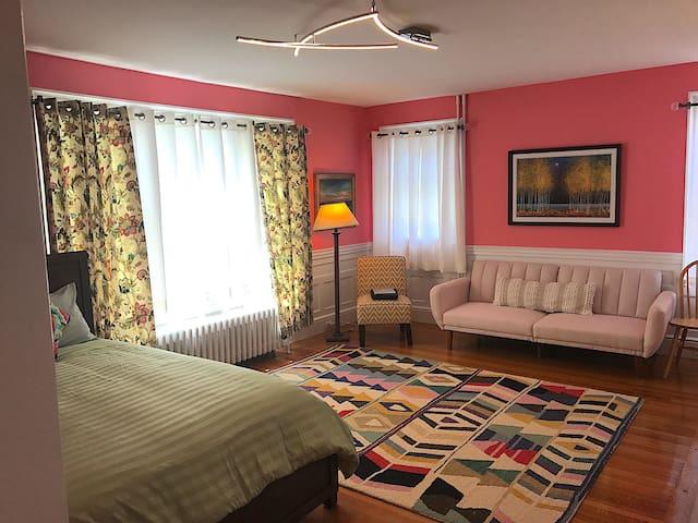 Huge 1 Bdrm w/ 3 Queen Beds + Sleeper Sofa
