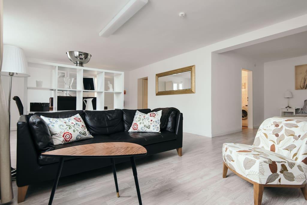 Willkommen im Apartment. Wir haben alles sehr offen, aber dennoch   mit gut strukturierten Wohn-Bereichen angelegt. Hier ein Überblick.