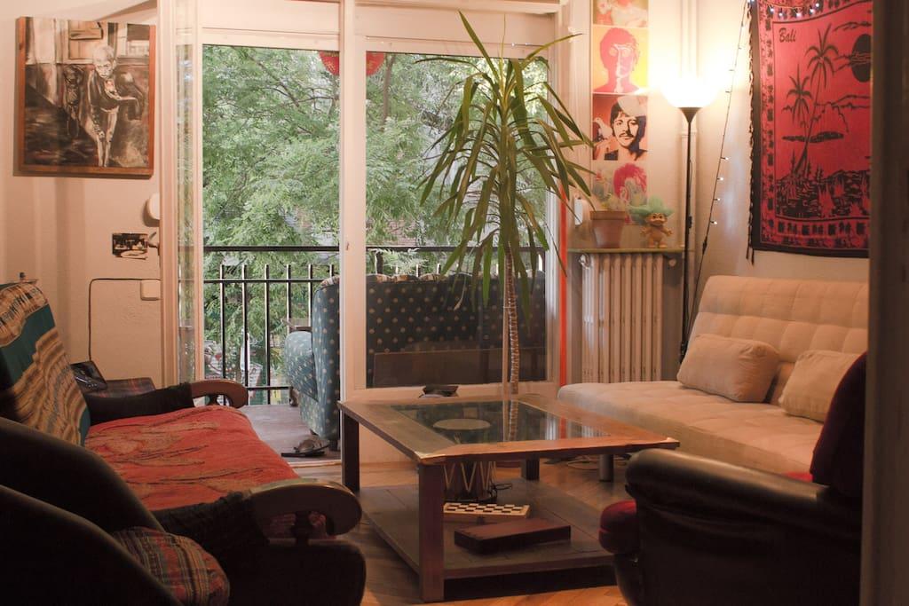 Salón comedor con una amplia terraza que da a la calle Argumosa.