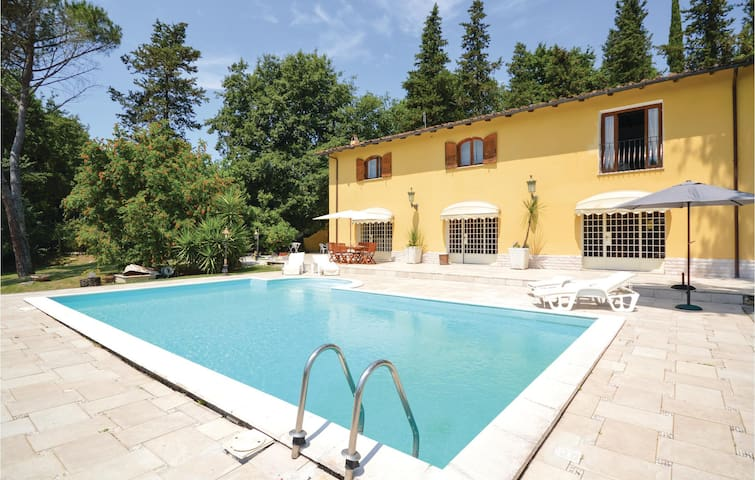 Holiday cottage with 4 bedrooms on 350 m² in Castelnuovo di Porto