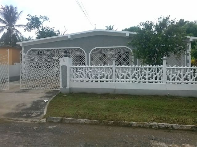 MODERN, GRADE A  A/C ROOMS FOR RENT IN JAMAICA - Old Harbour - Hus
