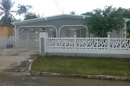 MODERN, GRADE A  A/C ROOMS FOR RENT IN JAMAICA - Old Harbour - Casa