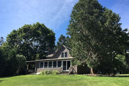 Cozy Westport home w/ lake view - Westport - Casa
