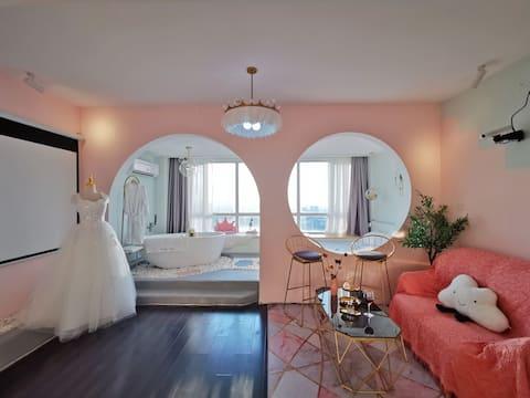 【天使-爱莎】五四广场 超高层70平米无敌海景浴缸套房 JMGO百寸巨幕 浪漫公主婚礼度假酒店公寓