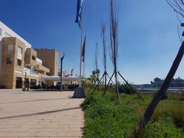 Corniche avec cafés & restaurants