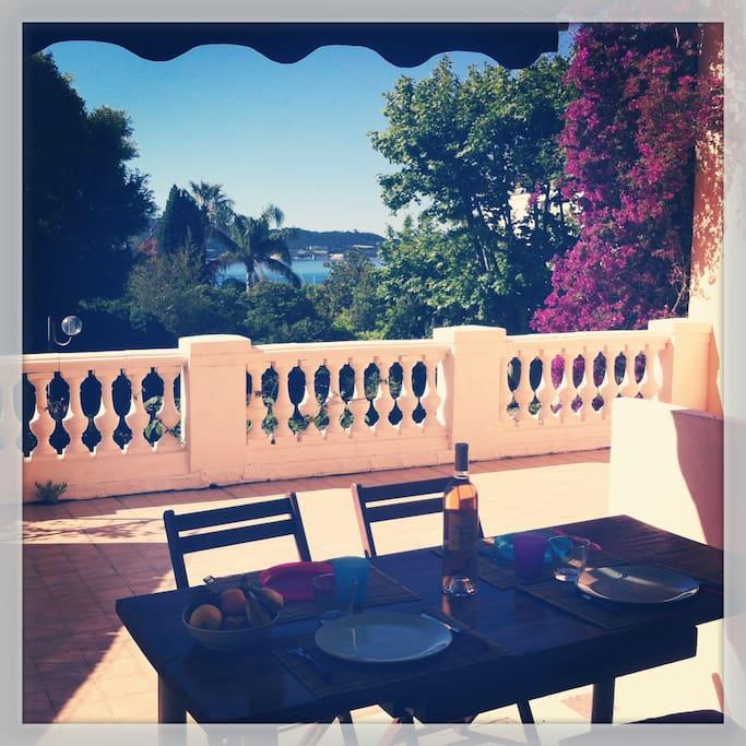 Déjeuner sur la terrasse ombragée
