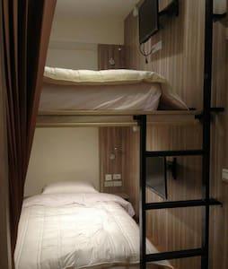2.適合背包客與單車手居住的,合住式單人床,全新乾淨整潔,經濟又實惠。