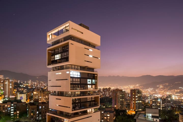 Energy Living✭Iconic 5 Star condo✭Close to Lleras