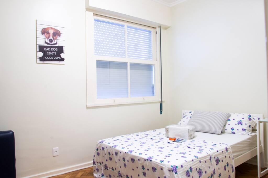 Quarto amplo com: cama de casal, TV tela plana com todos os canais a cabo, mesa e cadeira para computador e utensílios, estante, condicionador de ar split (silencioso), ventilador, roupa de cama e de banho.