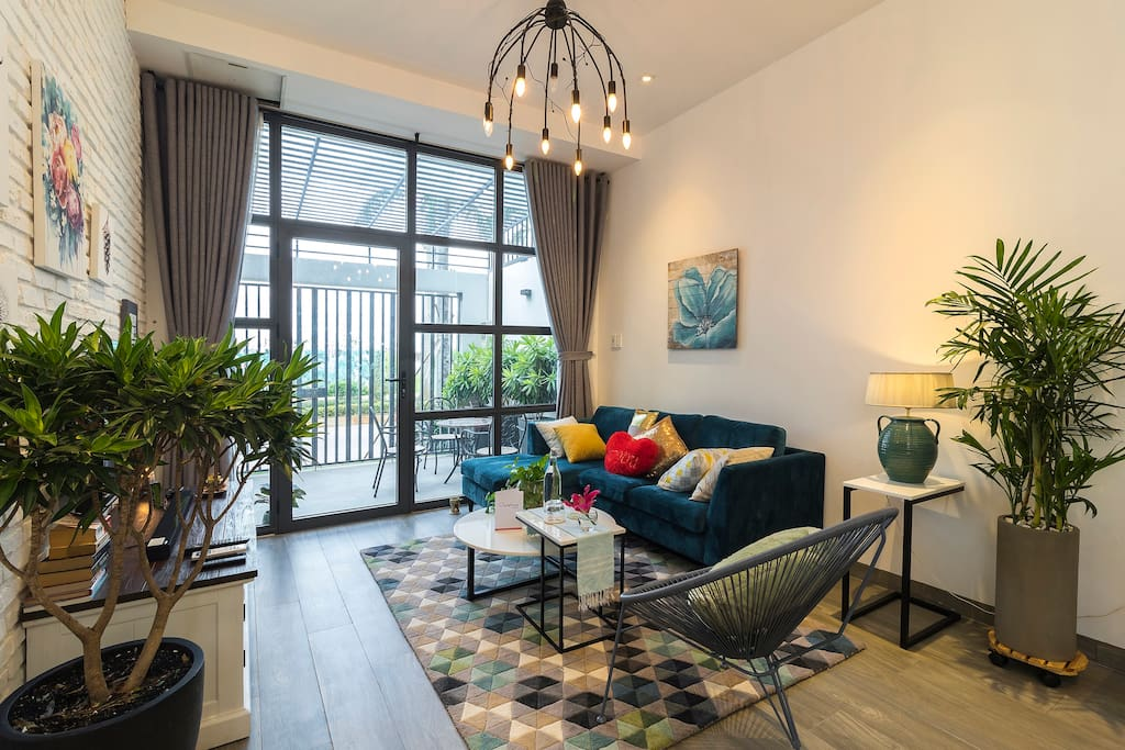 Spacious hidden living room located in the downtown.