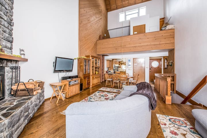 Lakeview home with a private sauna & wood-burning fireplace - dogs OK!