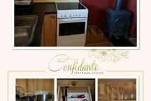 Kjøkken med komfyr og stekeovn, vannkoker, kjøleskap og liten frys