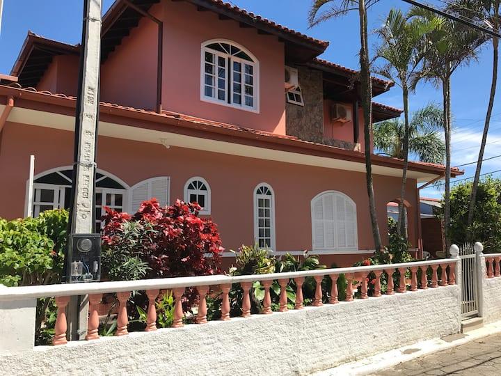 Casa arejada, uma quadra praia do Pantano do Sul
