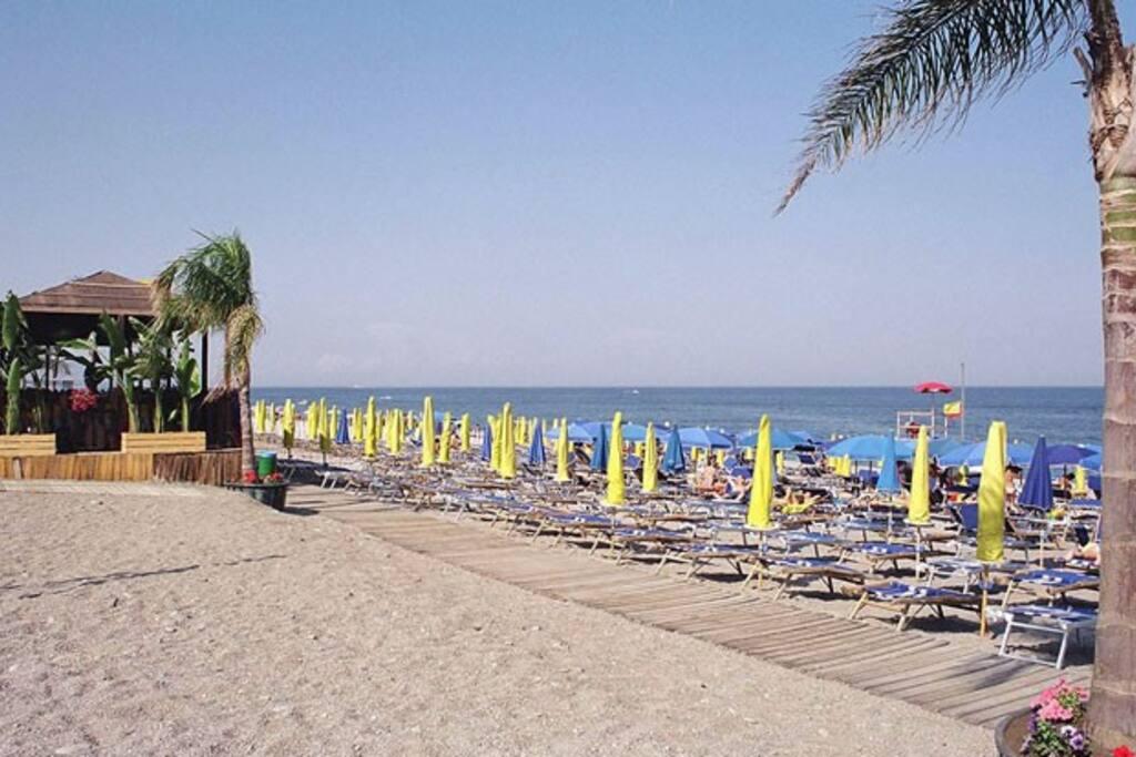 spiaggia con lidi attrezzati