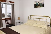 The Mathew Room with Queen Bed, Full Hot Breakfast, shared living room,