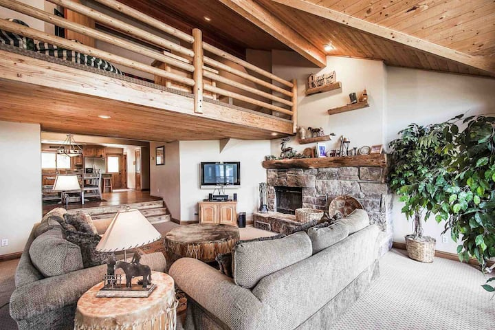 *FREE SKI RENTAL* Walk 1/2 Block to Ski Lifts, Private Hot Tub, Great For Families–2 Master Suites!