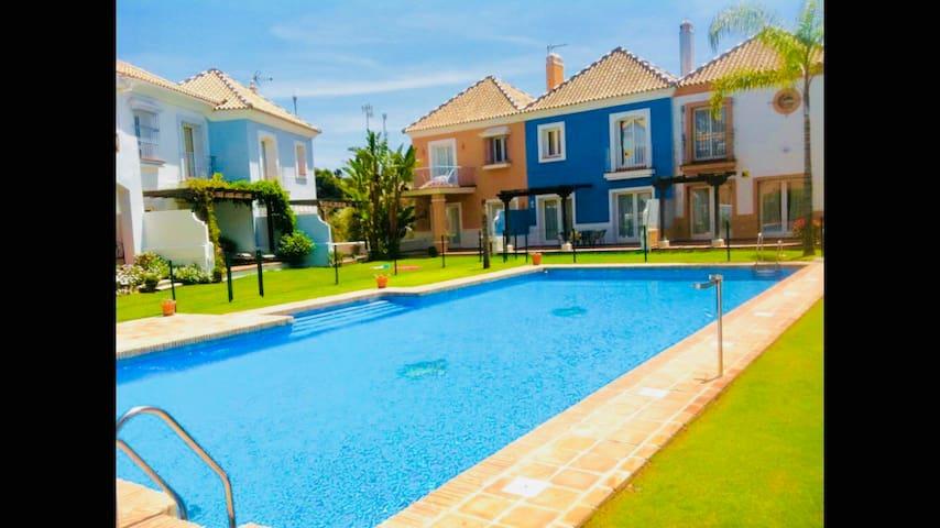 Private, quiet, next to lake. luxury, 3 pools