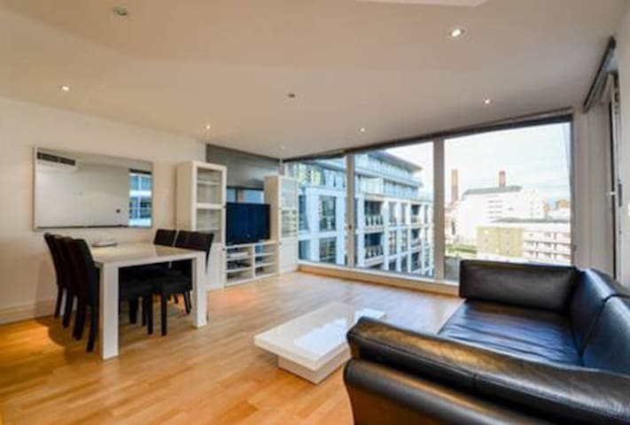 Stylish 2 bed in lux London complex