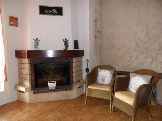 le coin cheminée dans le séjour, vous apprécierez un bon feu de cheminée en hiver
