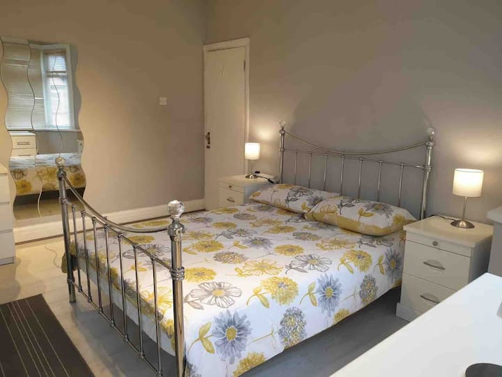 Large & Luminous Clean Double Room in Gants Hill