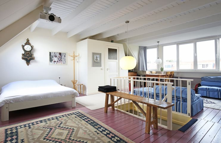 Very comfortable loft near Leiden station and park