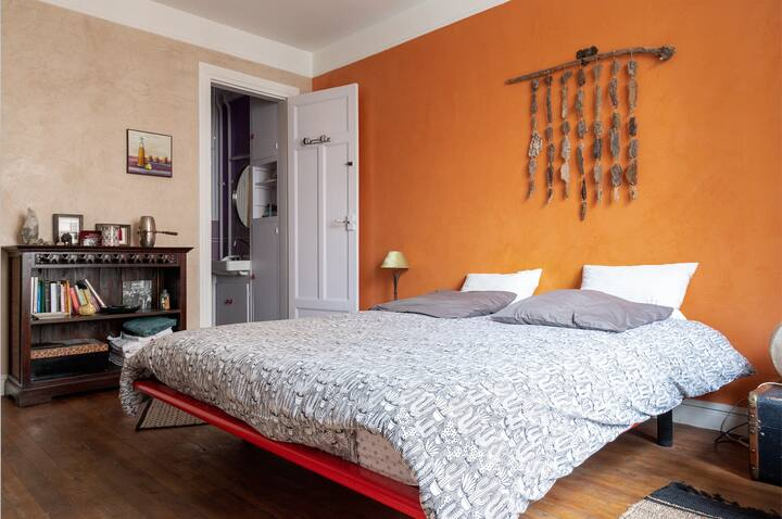 Colourful Home For 3 In Lovely Area