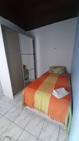 Quarto 1 com split - cama solteirão