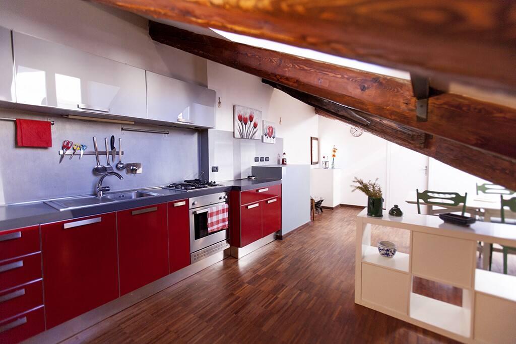 Cucina con forno elettrico, frigo, lavastoviglie