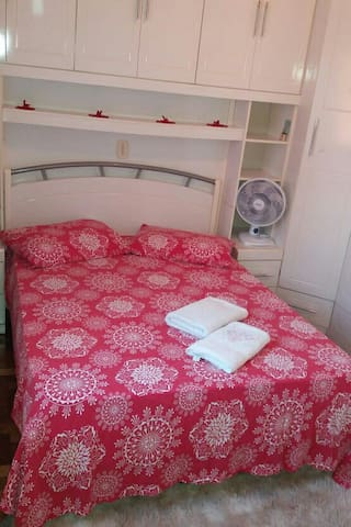 Quarto 1 com uma cama de casal.