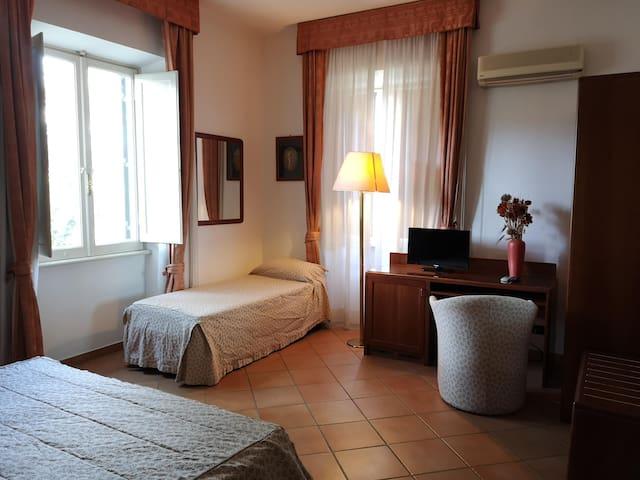 Spacious triple room in villa near Metro C