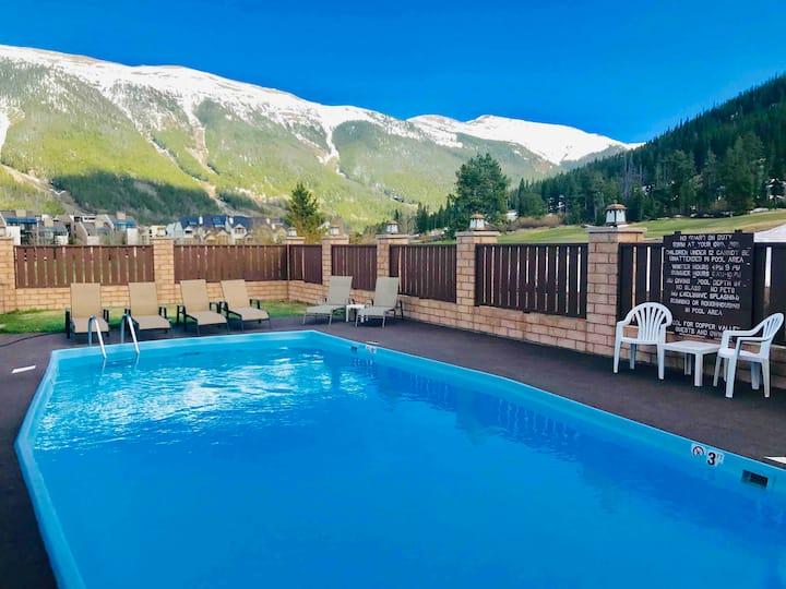 The Ski Grotto: Slope side contemporary condo!