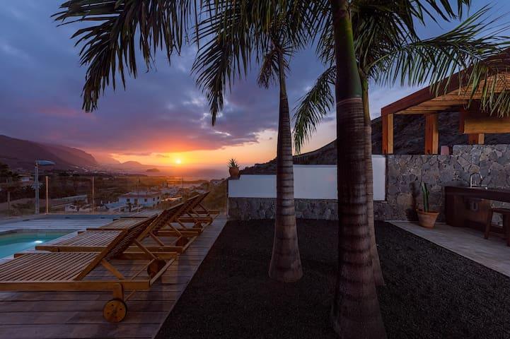 Private heated plunge pool, ocean & volcano views, wifi in Villa [apt A]