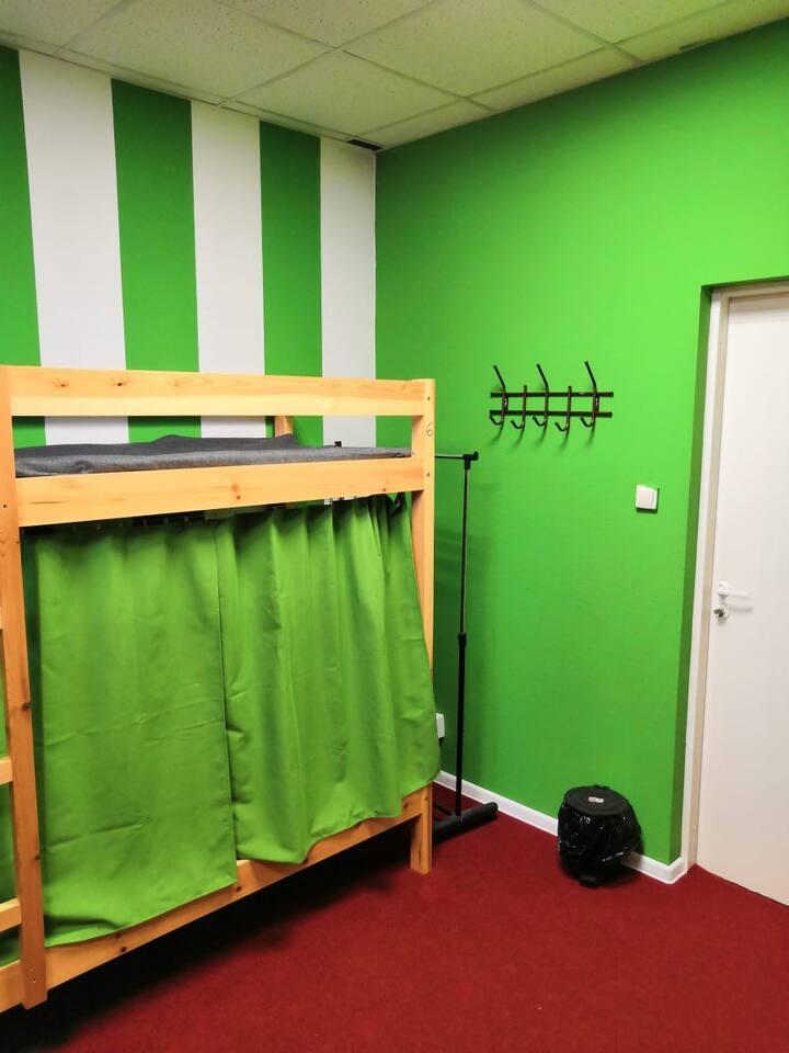 Кровать в общем номере для мужчин и женщин