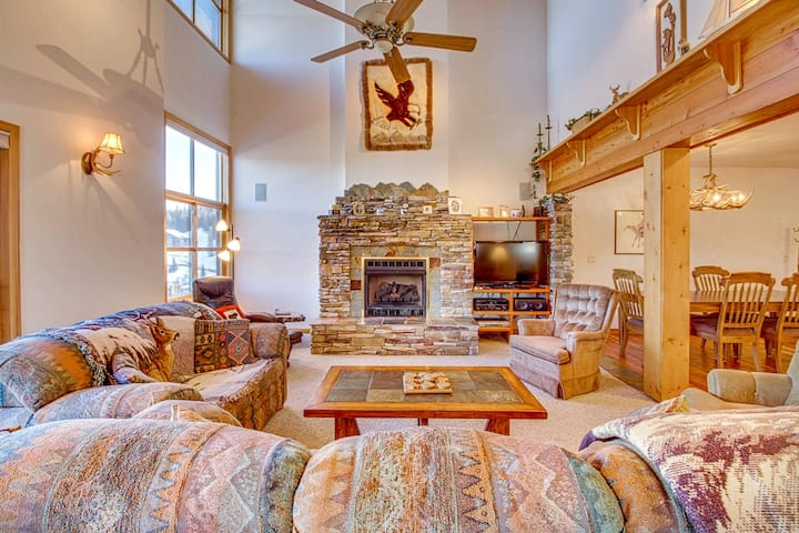 Ski-in/ski-out Schweitzer Mountain home w/ private hot tub - walk to lifts!