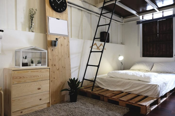 1 bed (shared room)/1 min. from BTS Sapan-Taksin