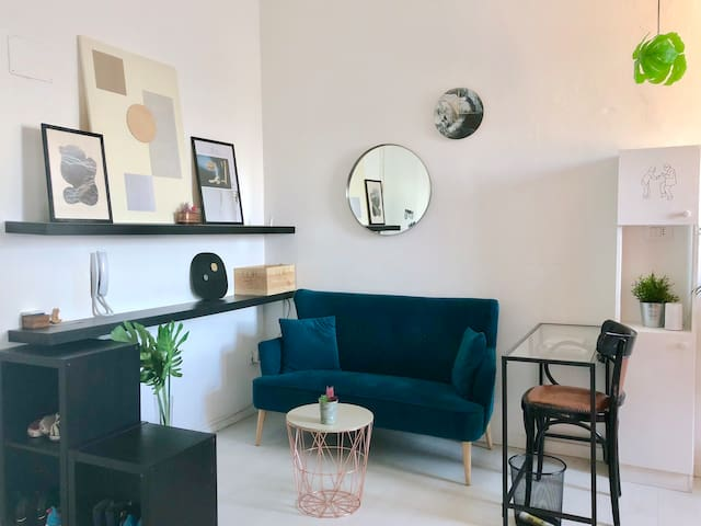 Small and cozy house,1min from subway!