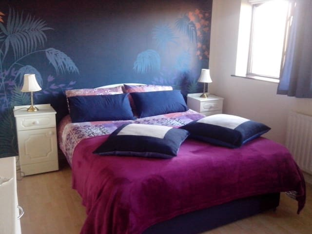 Large and bright ensuite double room