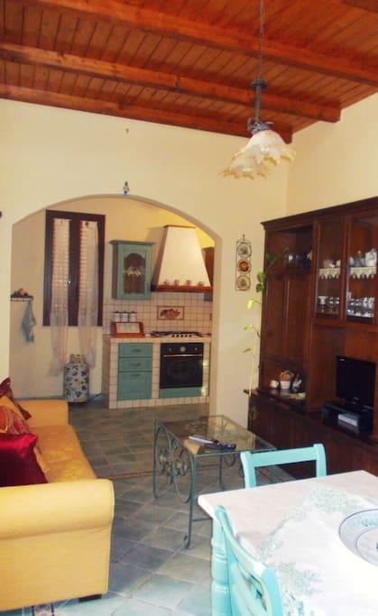 Salotto con divano e cucina a vista