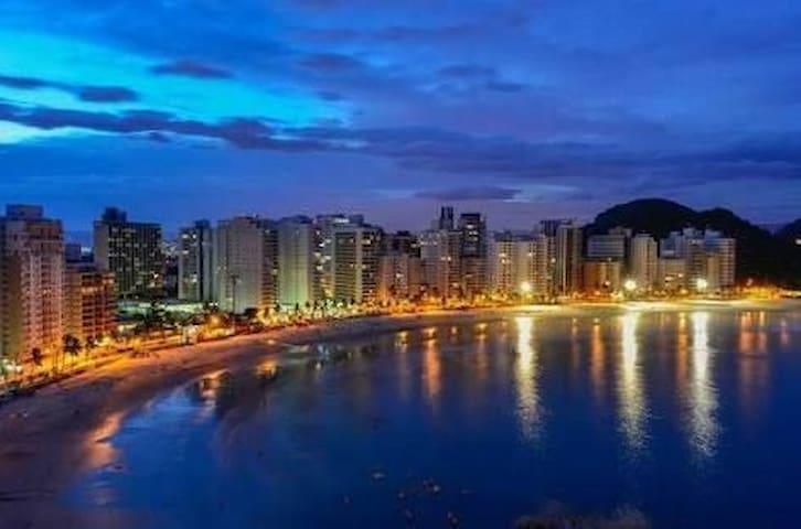 Apartamento no Guarujá  280m da praia/wifi/garagem