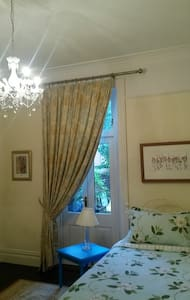 Carlisle townhouse with a large, elegant bedroom. - Carlisle - Şehir evi