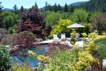 Bliss Acres: hot tub, pool, fire pit, fishing