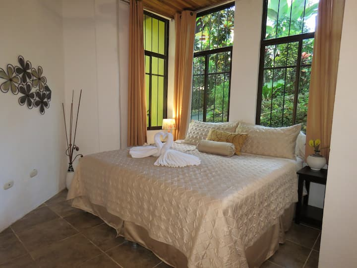 1200sq/ft 1 King 1 Queen,A/C,Wifi,Pool, BBQ,Gated