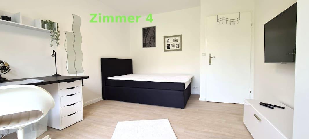 Komfortables Schlafzimmer mit kompletter, schöner Einrichtung und Arbeitsplatz
