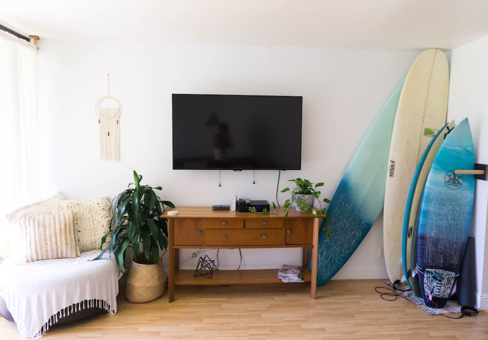 54 inch SMART TV with Cable, netflix etc. and round chair in corner doubles as foot rest. Surfboard racks if needed.